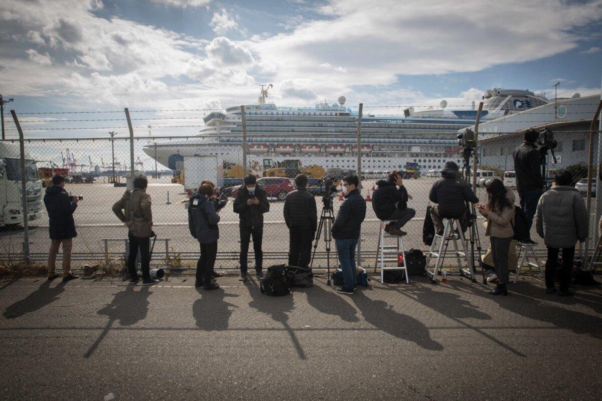 KAKS NÄDALAT VIIRUSE MEELEVALLAS: Ajakirjanikud ootavad sadamas Diamond Princessi pardalt uudiseid.