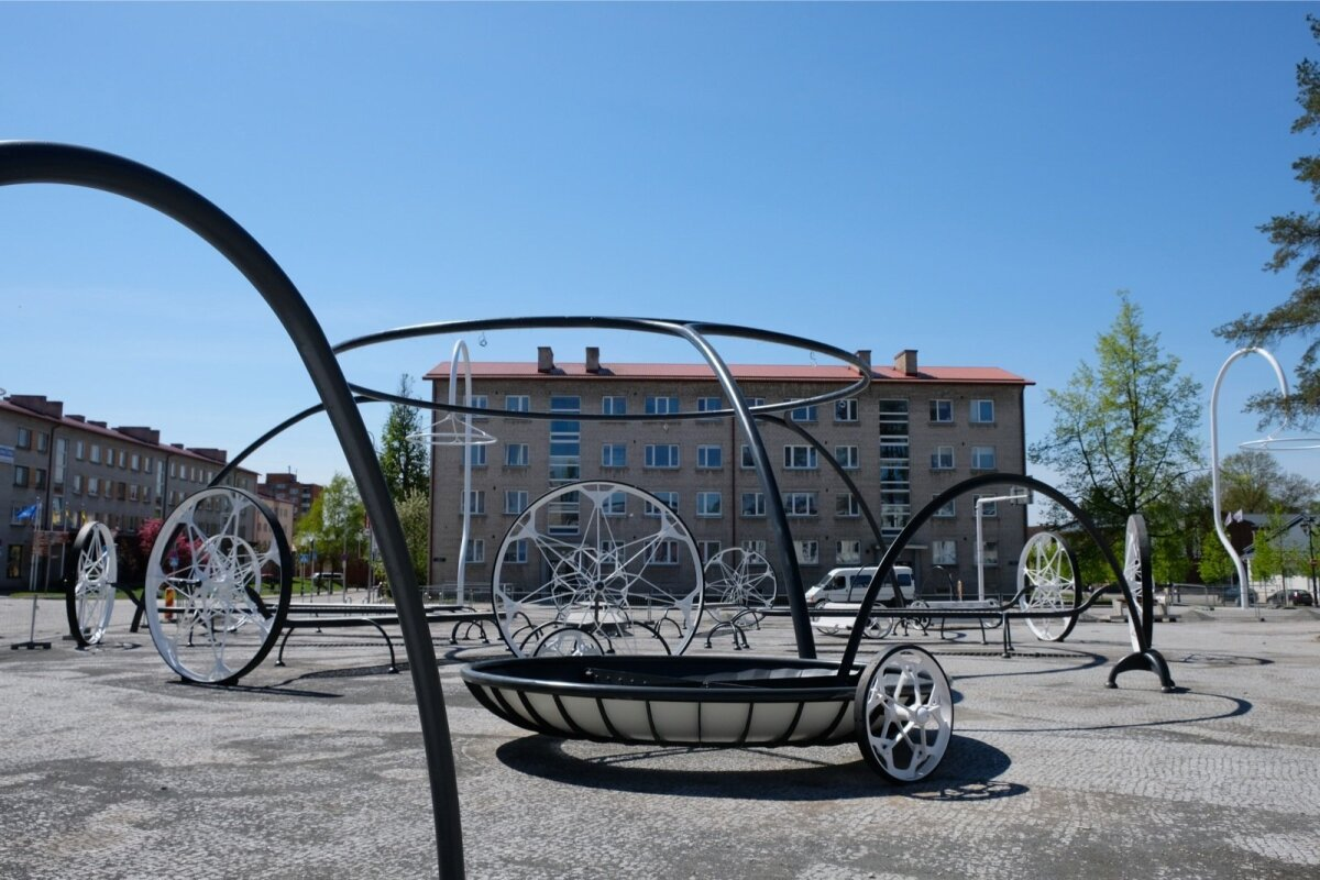 VÕRU KESKVÄLJAK: Hiiglaslikud rattad ja väänduvad lambid jagavad inimesed kahte leeri: kas meeldivad väga või üldse mitte. Väljaku autor on Villem Tomiste.