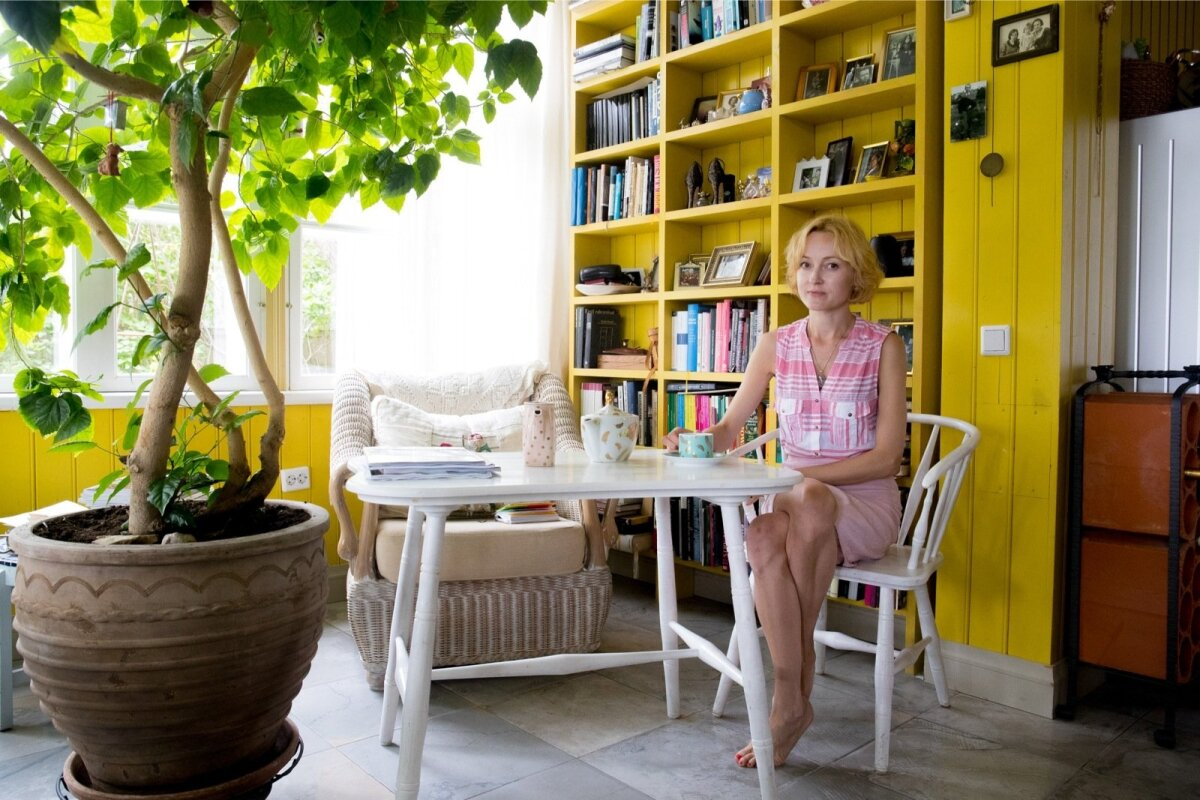 Siin, valgusküllasel ja vaatega merele verandal alustab Liisu oma hommikuid. Teetassi taga.
