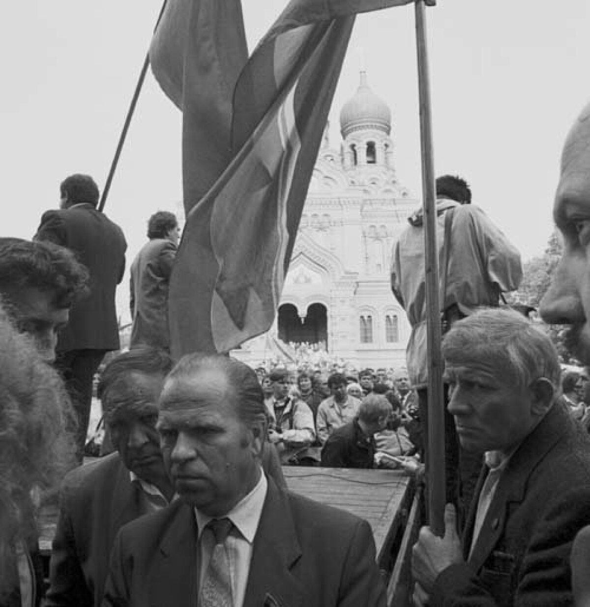 15. mai 1990 kell 16. Algamas on Eesti iseseisvumise vastaste miitingToompeal.Vladimir Jarovoi uurib koos mõttekaaslastega lossi raudväravat.