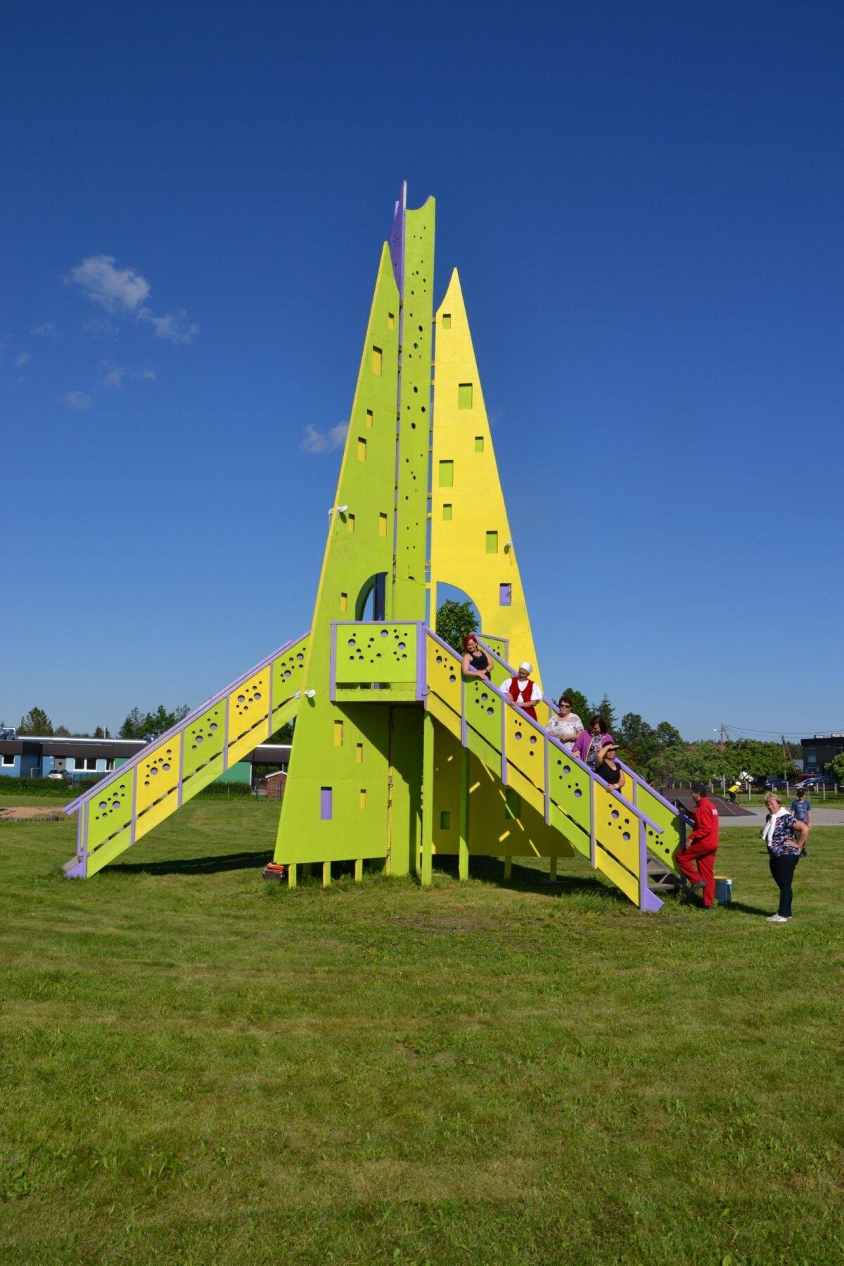 Uhtna kuulus rakett, tegelikult hoopis kunagine Rakvere jõulukuusk Teet Suure loomingust
