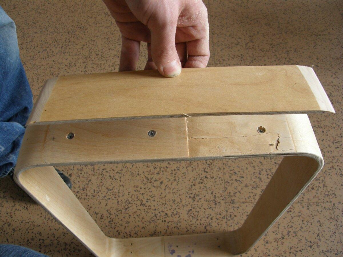 Sahtli servad on ajalehehoidiku korpuseks ühendatud. Jätkukoht kaetakse vineeriga.