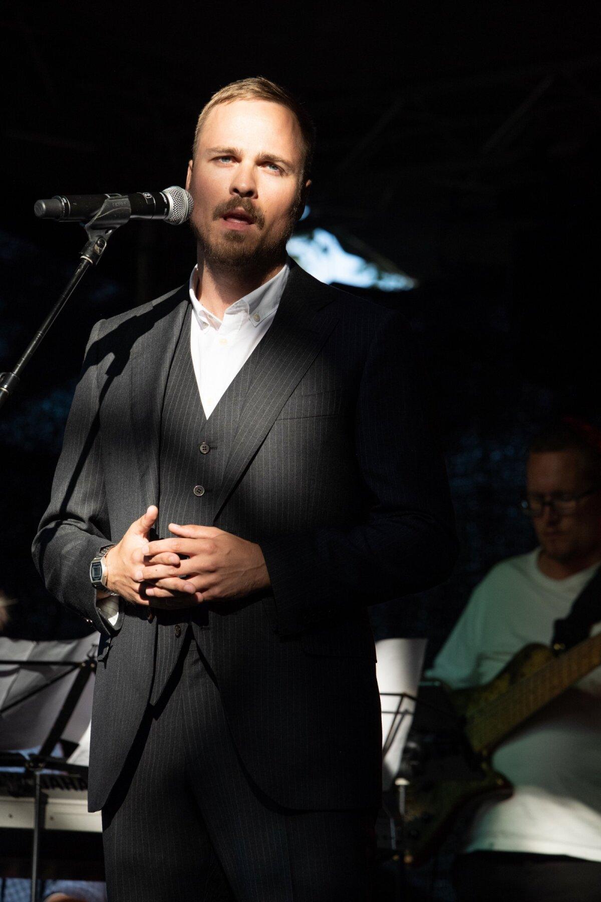 """ROLLIS """"Vaikiva ajastu varju"""" ettekandel astus solistina lavale ka Valter Soosalu, kes kehastas sellist ajaloolist tegelast nagu Artur Sirk."""