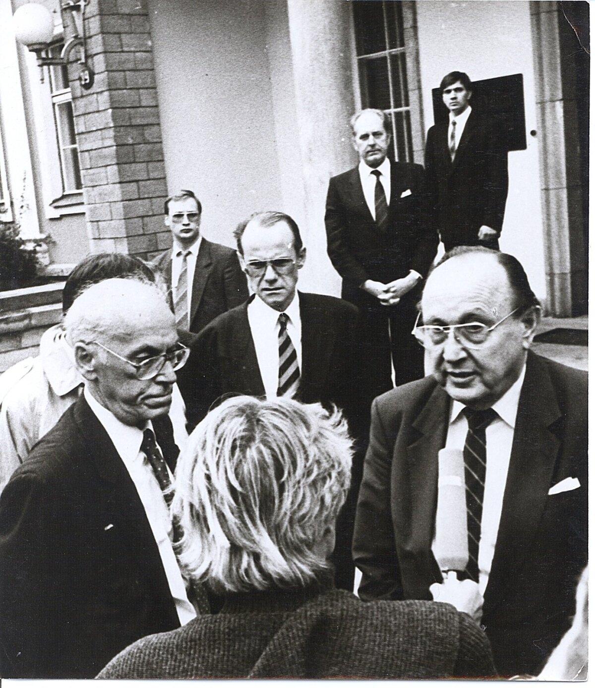 MEHED VARJUS: Veiko Kulla ja Urmas Sõõrumaa kaitsevad välisministri Hans-Dietrich Genscheri kohtumist välisminister Lennart Meriga septembris 1991.