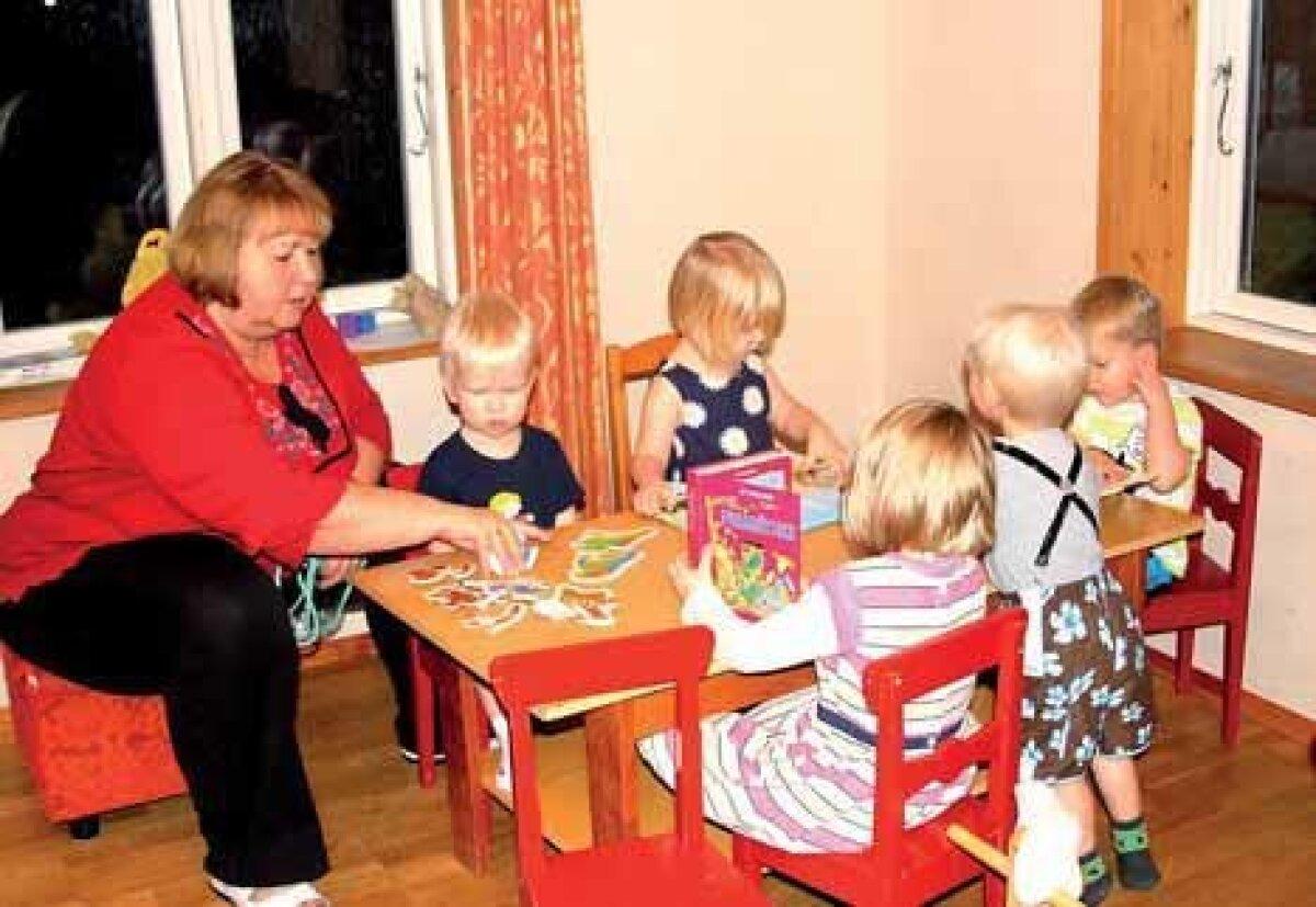 Liisu Lastekeskuse lastehoiu mängutuba. Kasvataja, muusikaõpetaja ja lastekeskuse kaasomanik Tamara Rebane enne õhtuoodet lastega tegelemas