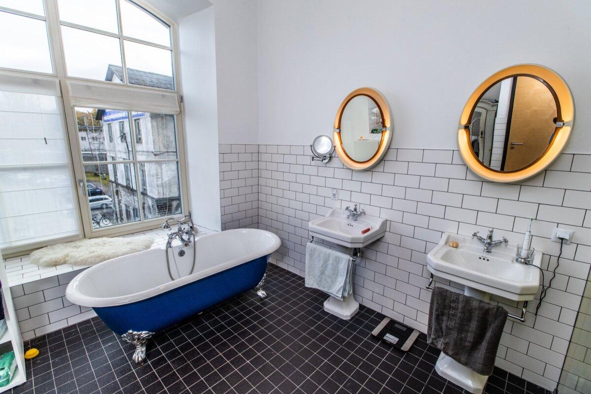 Avarale vannitoale annab iseloomu päevinäinud mööbel.