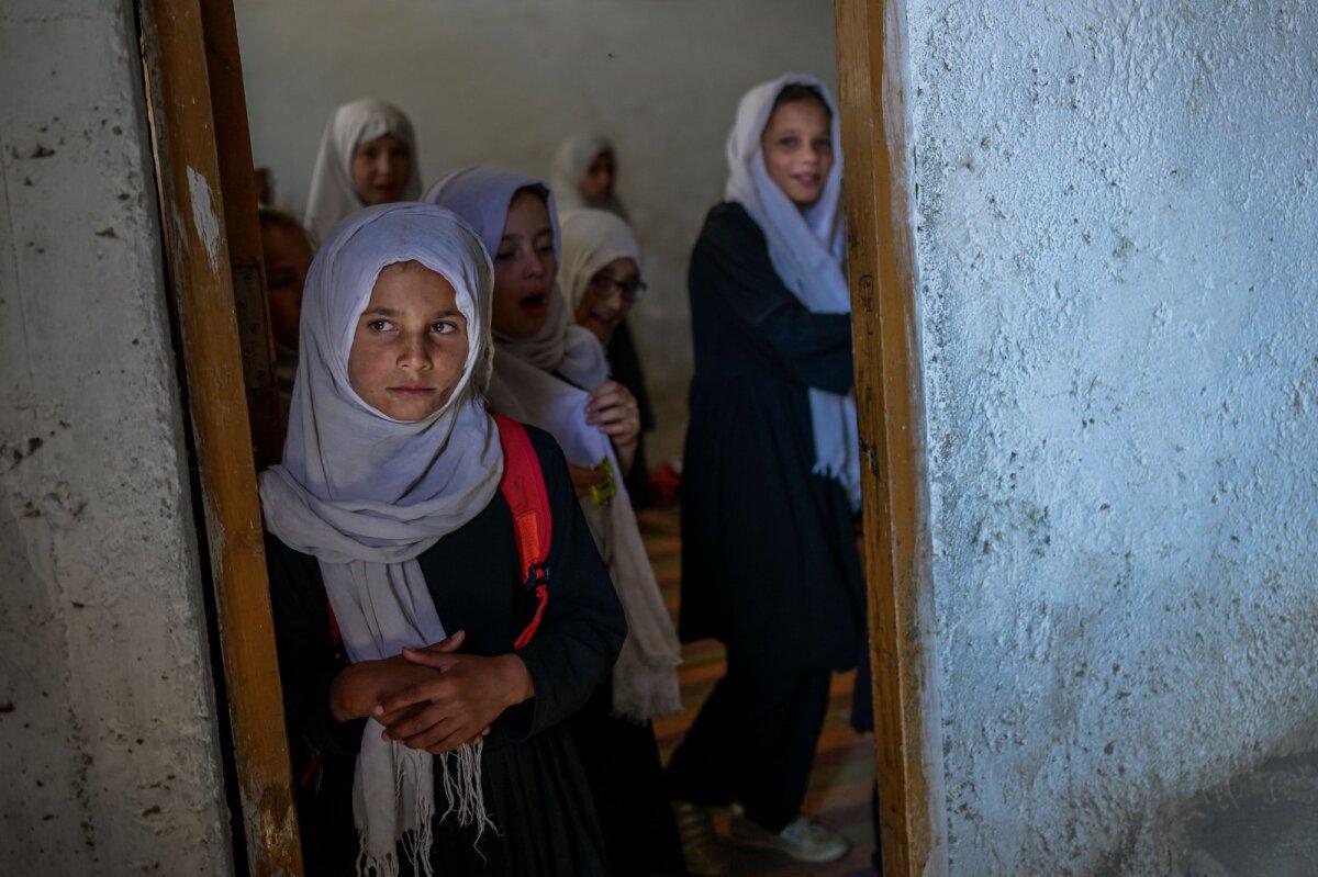 Новое правительство пока запретило девочкам посещать школу.