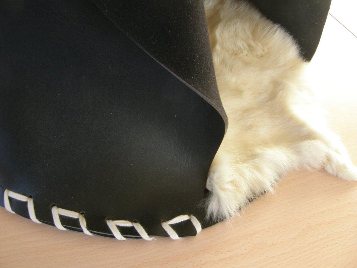 Alumine serv on põhja külge kinnitatud paela aukudest läbi punudes.