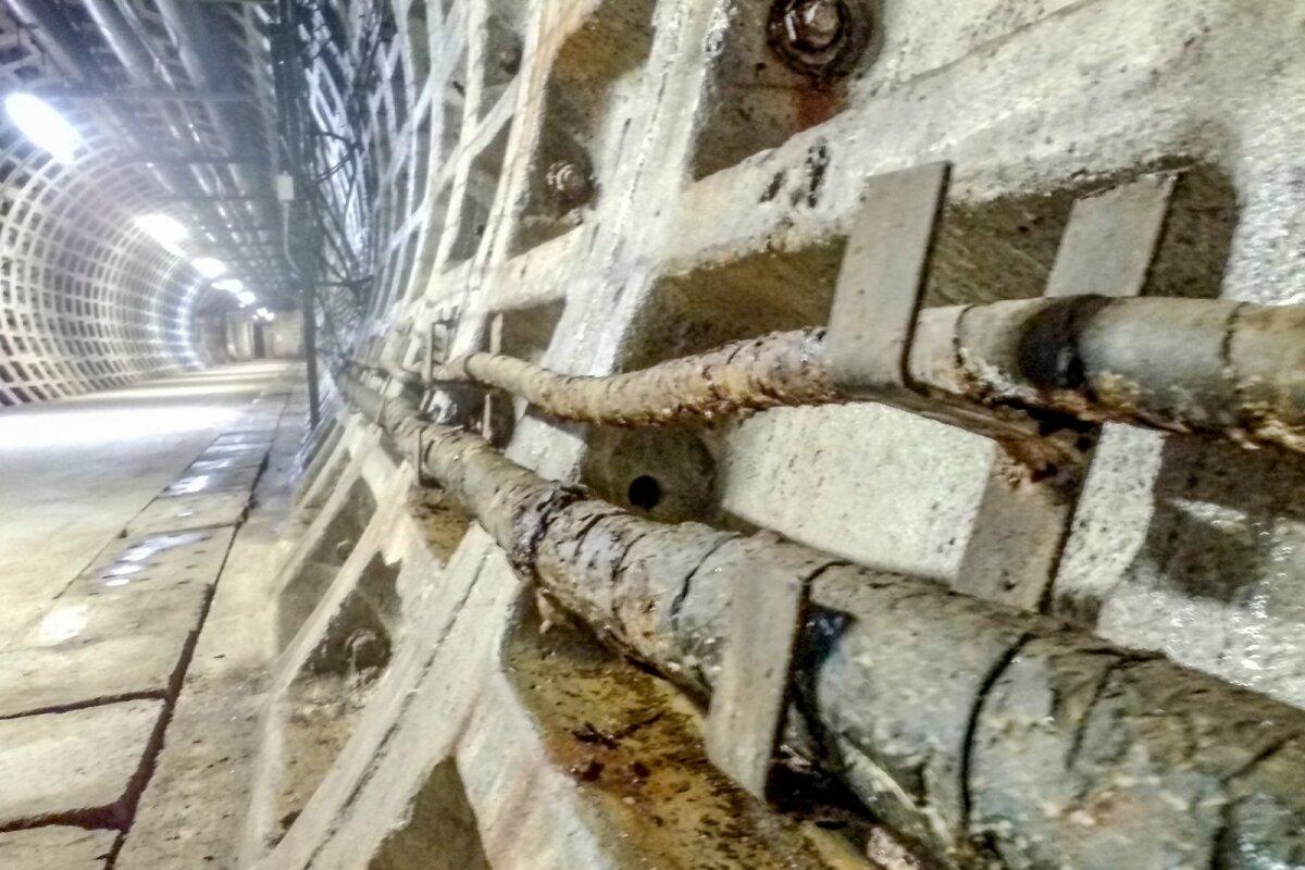 Резервуары для жидкого топлива вместимостью 65 000 м3, куда можно закачать около 51 000 тонн топлива.