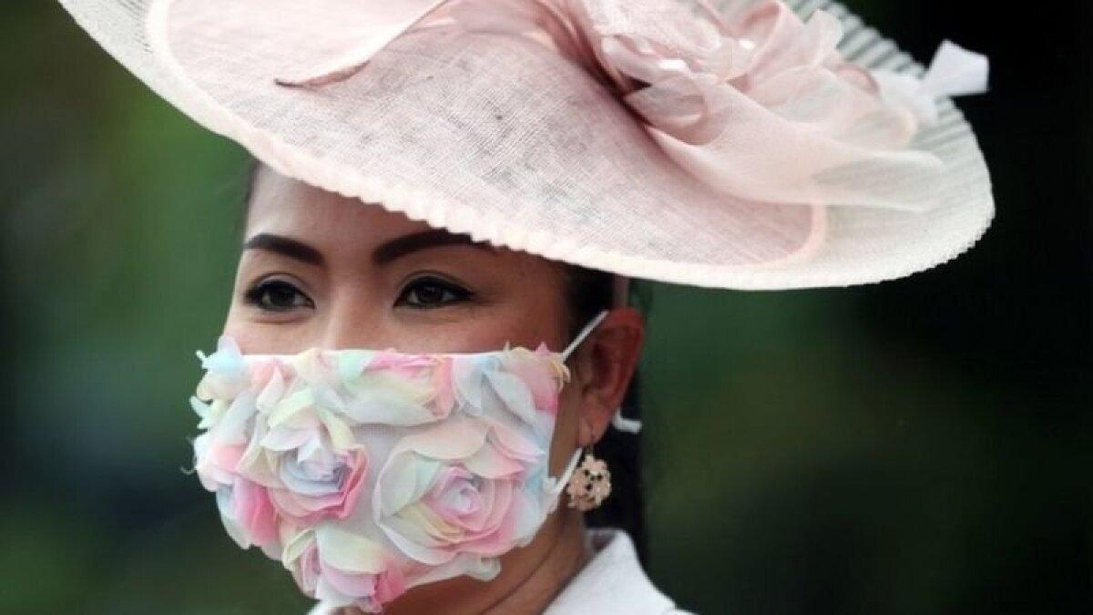 Маска с розами к розовой шляпке - мода коронавирусной эпохи
