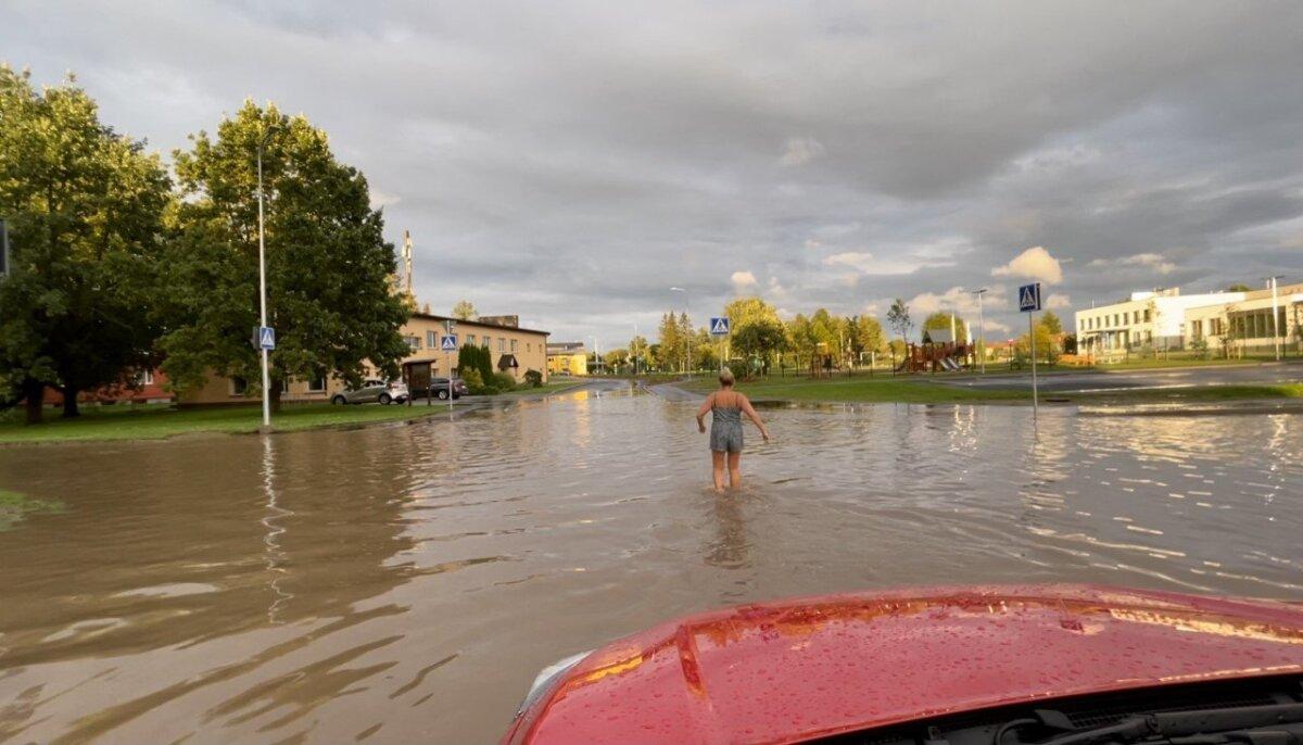 """""""Tartumaal, Tõrvandis, peale vihma just remonditud ristmikul,"""" märkis Delfi lugeja pilti saates."""