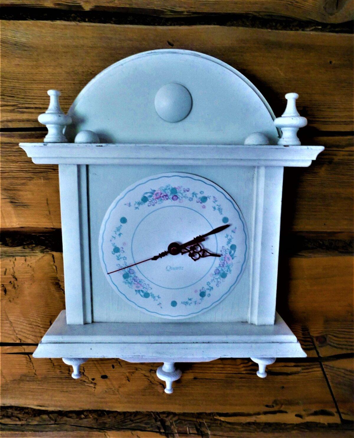 Pildil oleva kella numbrilauana on kasutatud papptaldrikut, mis on romantilise mustriga kaunistatud.