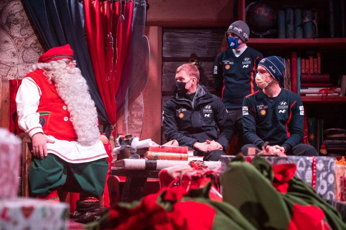 Hyundai sõitjad Ott Tänak, Craig Breen ja Thierry Neuville jõuluvana külastamas.