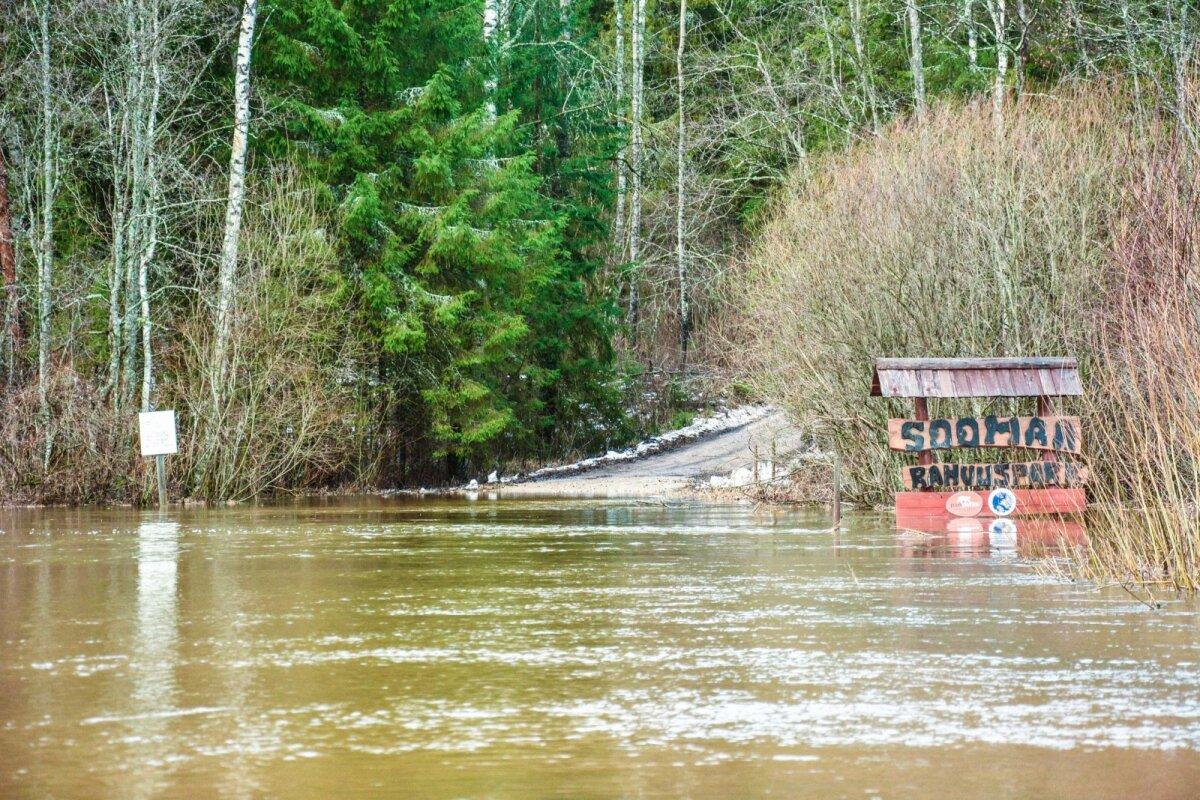 Soomaal ajab Raudna jõgi  üle kallaste