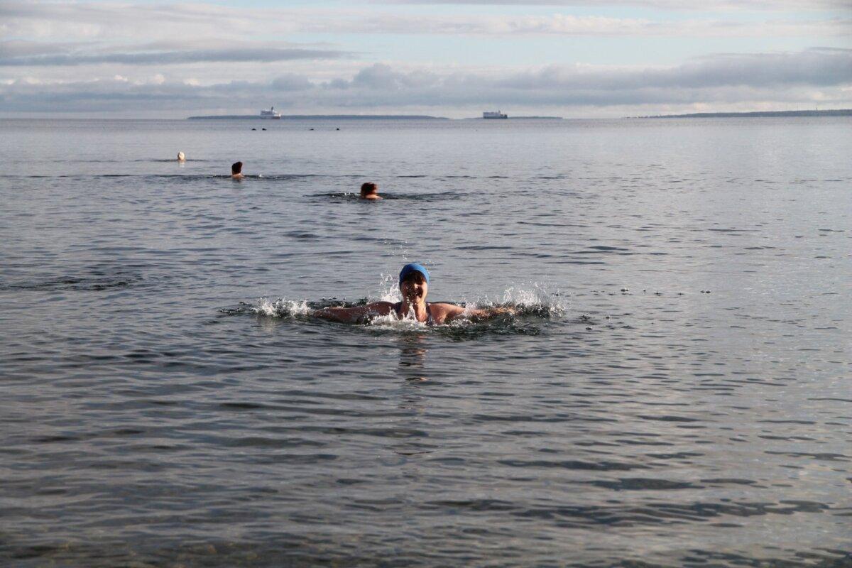 Vees sulistab kahtlaselt rõõmus Maarja Pehk, kes ka loo autori külma vette vedas.