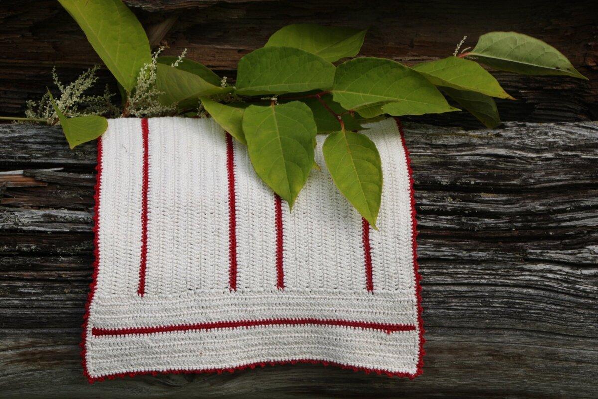 Lina mõlemasse otsa on heegeldatud ristipidi punane triip. Kui sobiv suurus käes, võib lina punase niidiga üle heegeldada.