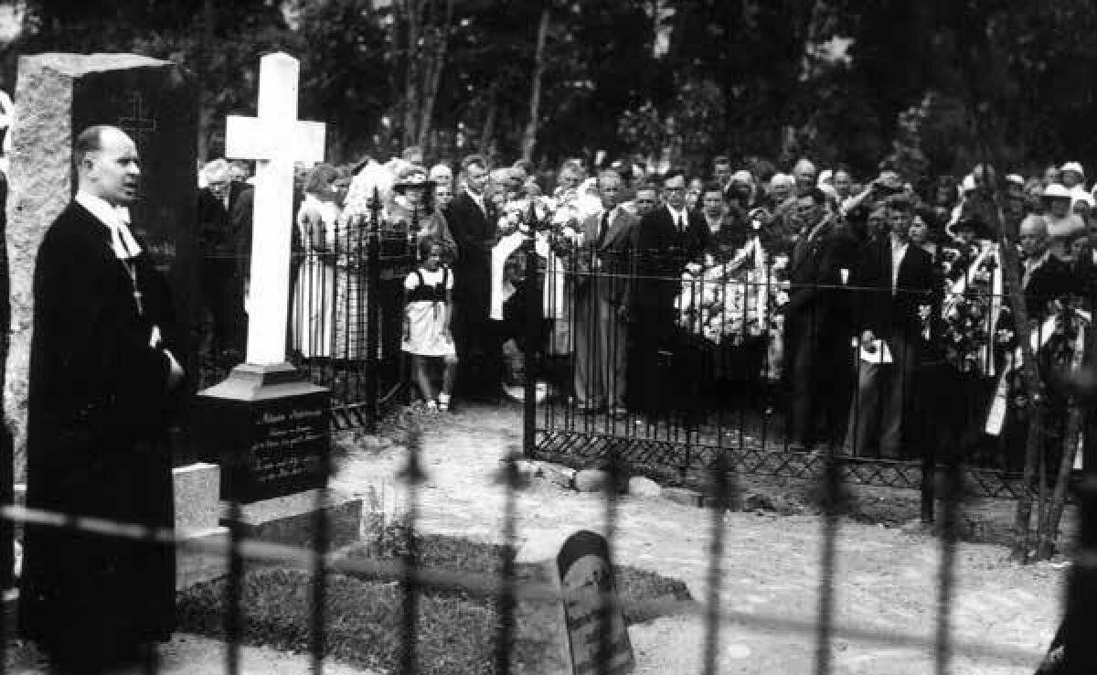 IV ülemaalise kurttummade kongressi puhul avati 24. juunil 1936. a Vändra surnuaial Ernst Sokolowsky kalmul mälestussammas ja Ehwata seltsi poolt kivi kurttummade kooli asutajale-õpetajale.