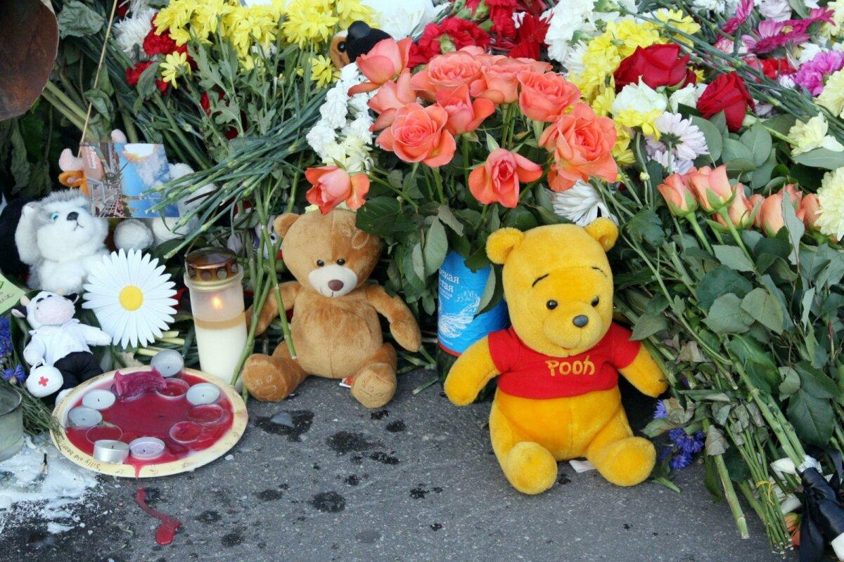 Игрушки и цветы на месте гибели Боинга