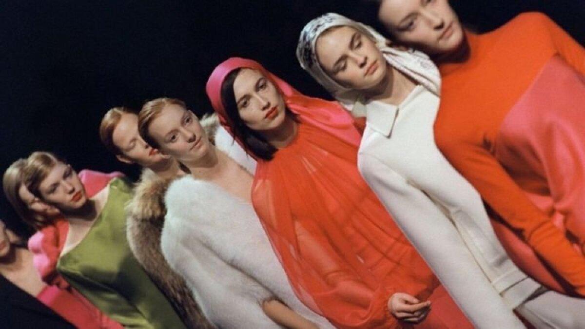 1999 год. Это коллекция Эльбаза для дома Ив Сен-Лоран. В возрасте 37 лет ему поручили создать первую коллекцию прет-а-порте, то есть готовой одежды. В тот момент сам Сен Лоран решил заниматься только от-кутюр (высокой модой).