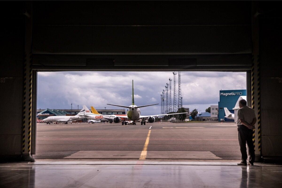 AirBalticu esindaja jälgimas värskelt hooldatud Boeing 737 lahkumist Magnetic MRO angaarist