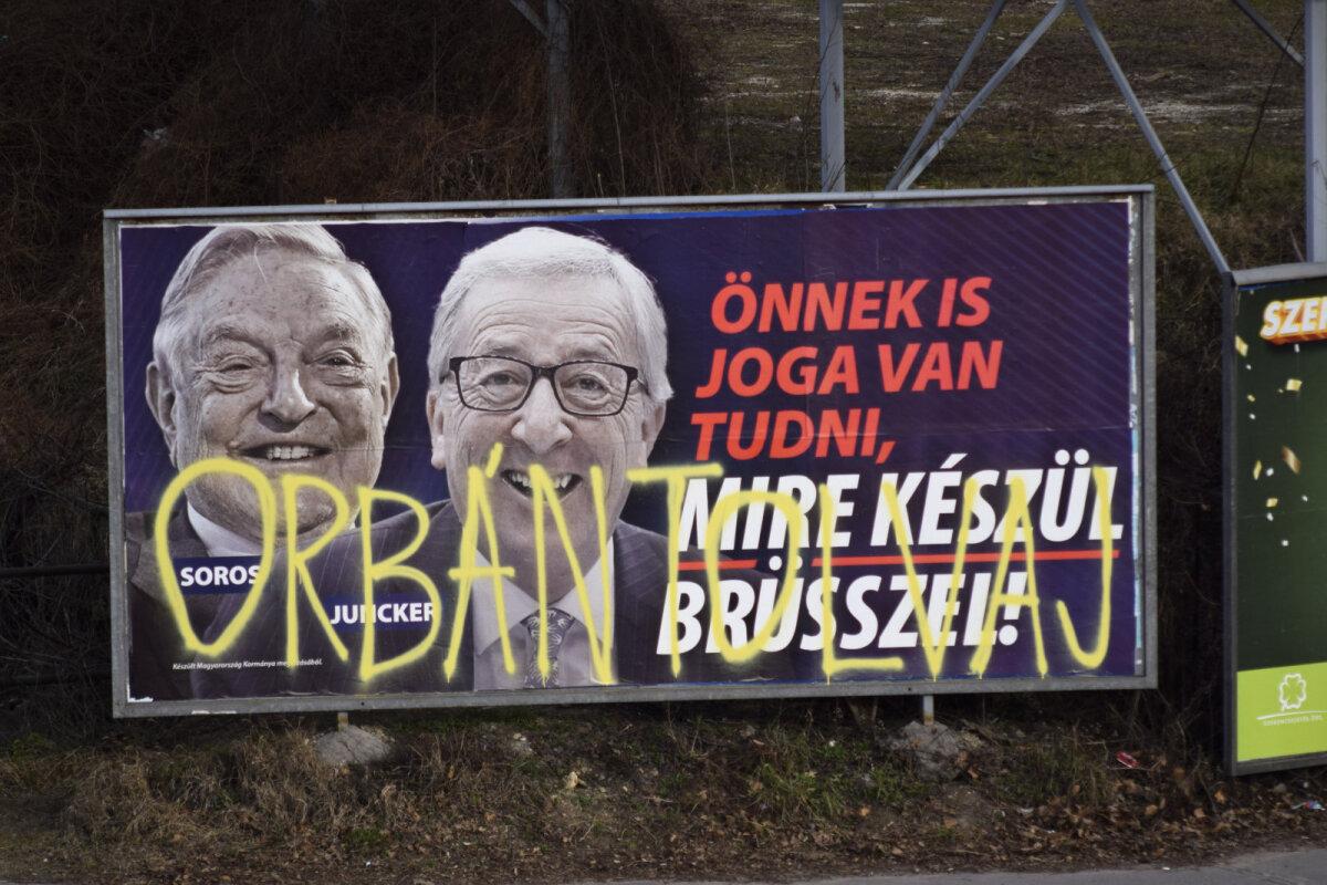 Skandaalne plakat George Sorose ja Jean-Claude Junckeriga Ungari pealinnas Budapestis. Keegi on täiendanud seda kritseldusega, mis väidab, et Orbán on varas.