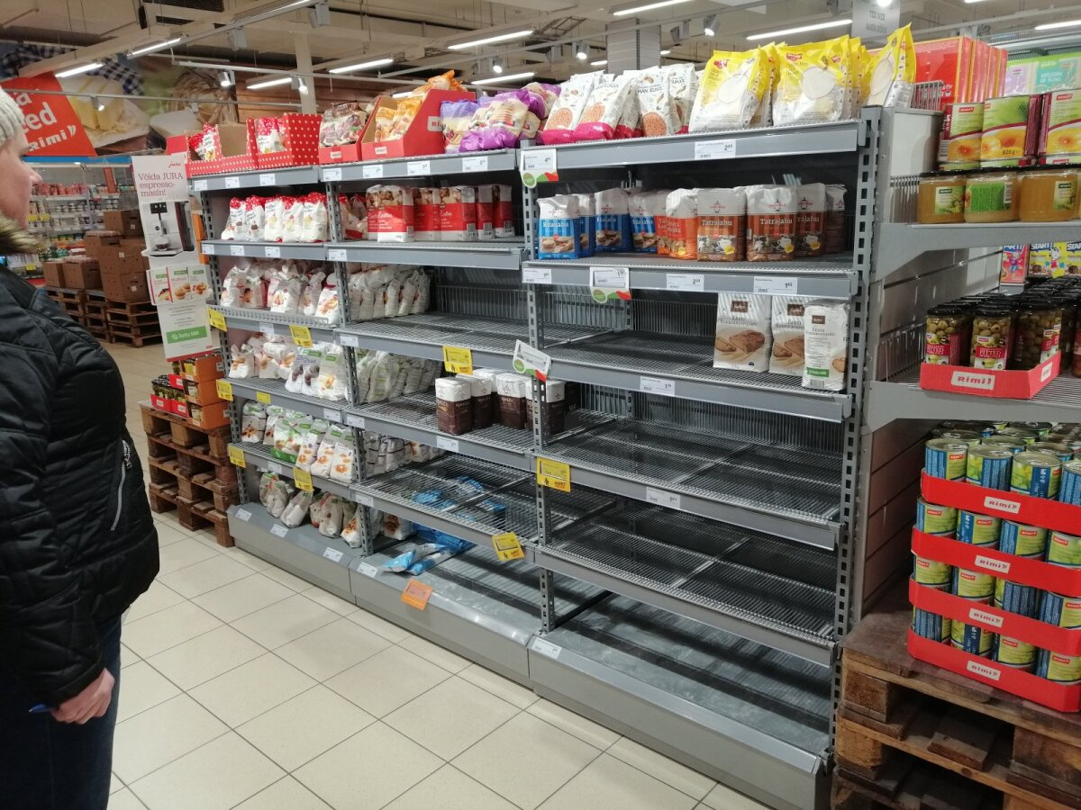 Mõned kuivainete letid Kuressaare toidupoodides olid eile juba tühjavõitu.