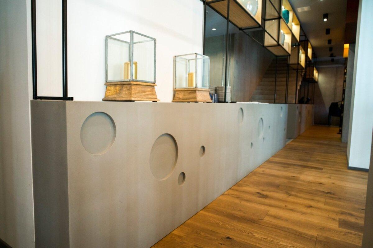 Vastvalminud Saku GastroPUB, sisearhitekt Ines Haas Ace of Space OÜst, betoonpindade teostus IORConcrete. Valatud seest õõnsad blokid, kokku 21 m lette. Valmistatud Superior betoonist ja töödeldud õlivahaga mustusekindlaks.