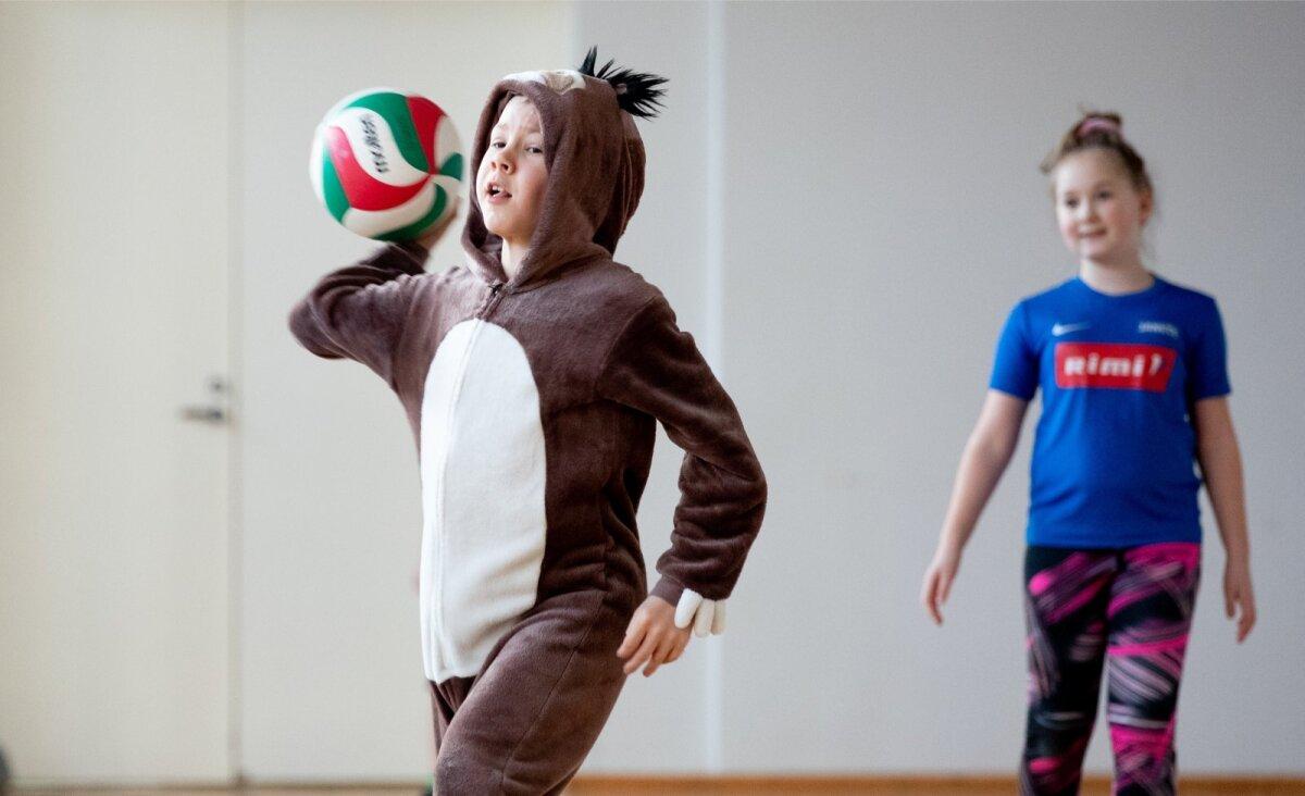 Elu käib teise loogika järgi. Kihnu lastele meeldibki rahvastepall.