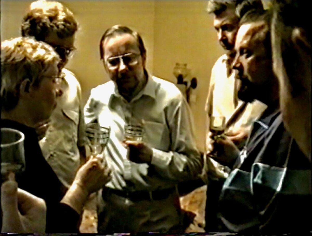 ARHIIVIST Stoppkaader Juhan Aare videoarhiivist - Eesti poliitikud laulmas Eesti laule koos Vytautas Landsbergisega, kes oli taasiseseisvunud Leedu Vabariigi esimene riigipea ja parlamendi esimees.