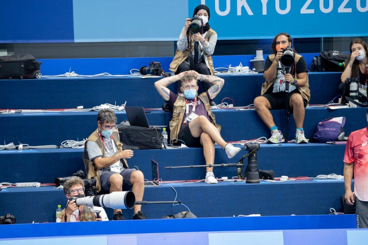 Fotograafid, kes sessiooni jooksul liikuda ei tohi, ootamas ujumisprogrammi algust.