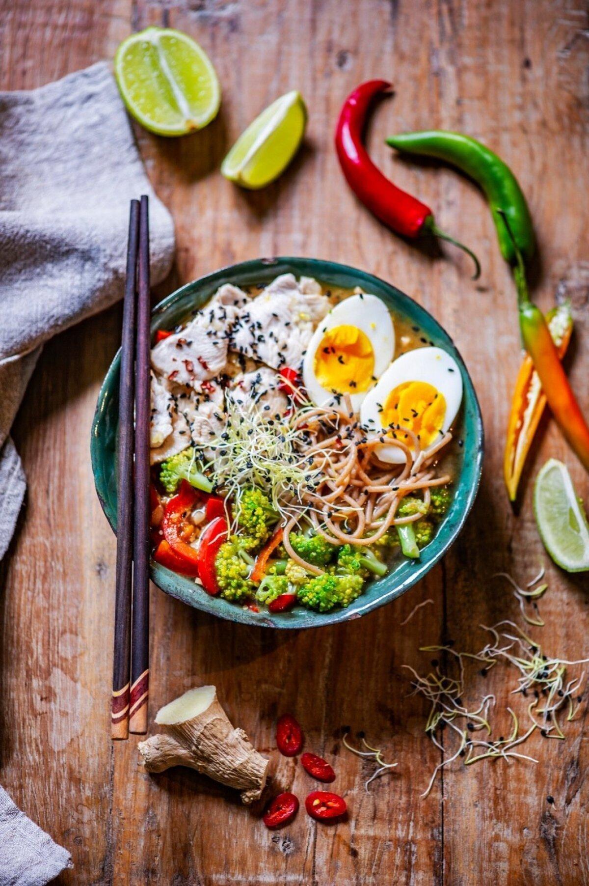 Ramen-supp kanafilee, nuudlite, muna ja brokoliga