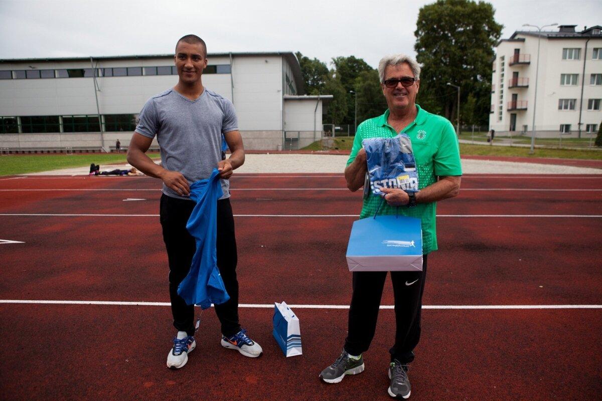 Ashton Eatoni ja treener Harry Marra Audentese staadionil näidistreeningut andmas.
