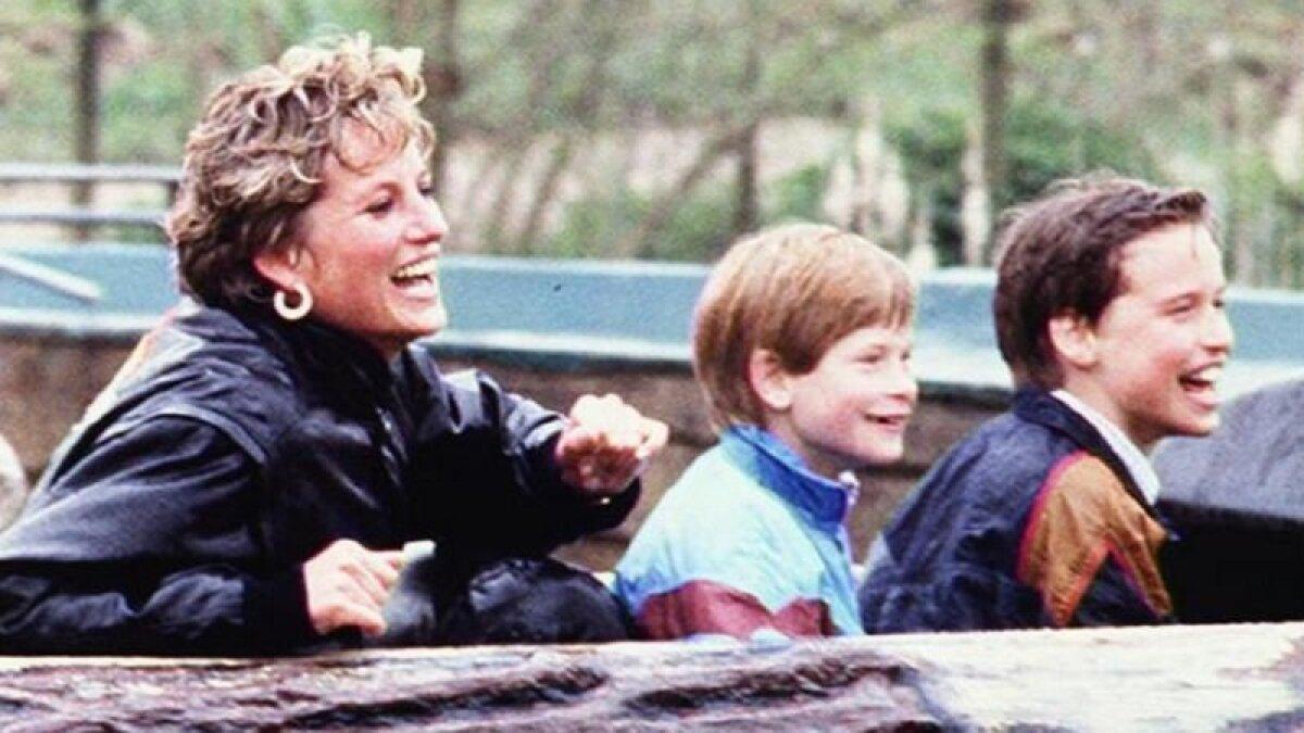 Диана со своими сыновьями в парке в графстве Саррей, 1993 год