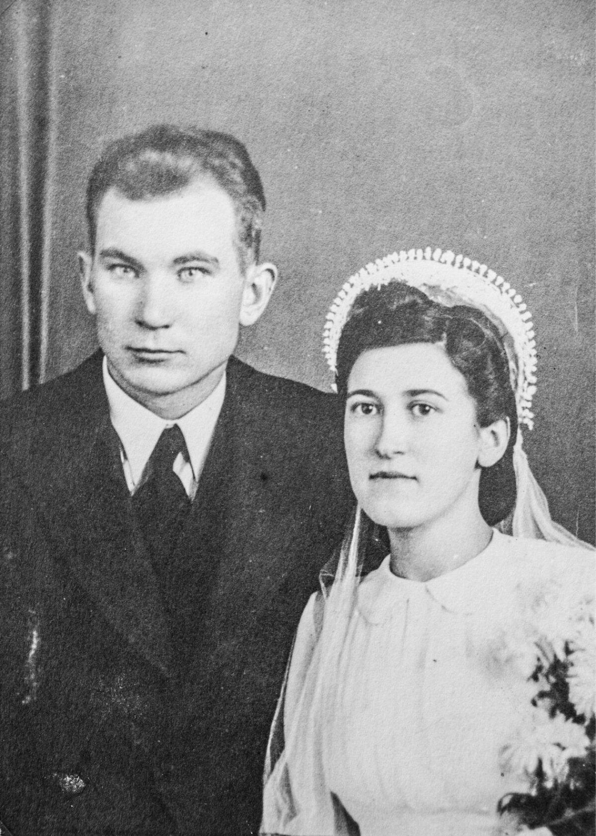Enn Meri ema Linda ja isa Oskar abiellusid 28. aprillil 1940 Kuressaares. Neli aastat hiljem pidid nad ette võtma teekonna Rootsi.