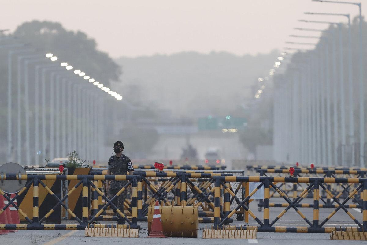 Lõuna-Korea sõdur demilitariseeritud tsoonis.