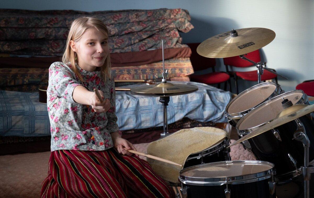 Valli Anet hakkas trummi mängima, sest seda pilli polnud Kihnus varem õpetatud.