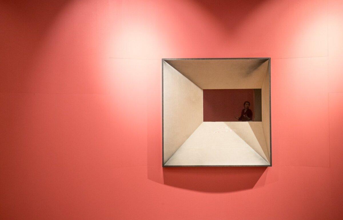 Maria Mang montaažiruumis. Kui muidu on ülejäänud näituse seinad hallikates toonides, siis montaažiruumile otsustati särtsu anda.