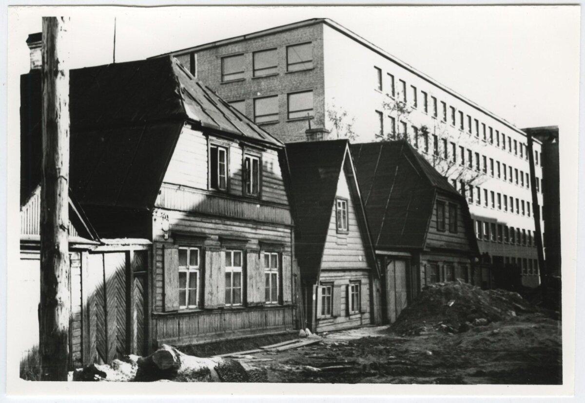 Jõe tänava viimased vanad puumajad 1960. aastatel. Omal ajal voolas nende majade eest Härjapea jõgi. Taamal Eesti Kaabli, tänane Pro Kapitali hoone.