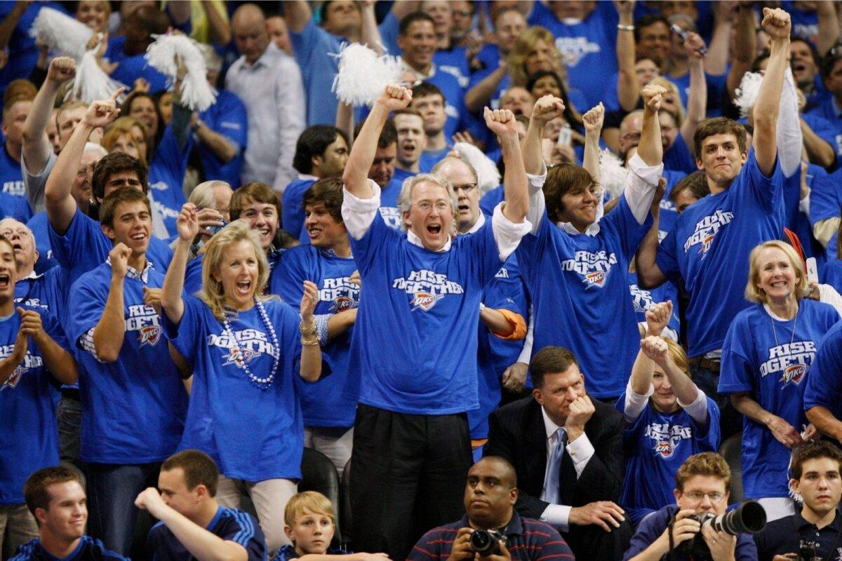 ELAS TÄIEL RINNAL: Aubrey McClendon (ees keskel) ei hoidnud tagasi ka eraelus. Talle kuulus miljonite dollarite eest mõisaid ja suvilaid üle USA ning üks maailma paremaid veinikollektsioone. Fotol hõiskab ta kevadel 2010 korvpalli vaadates - McClendon kuulus NBA klubi Oklahoma City Thunder direktorite nõukogusse.