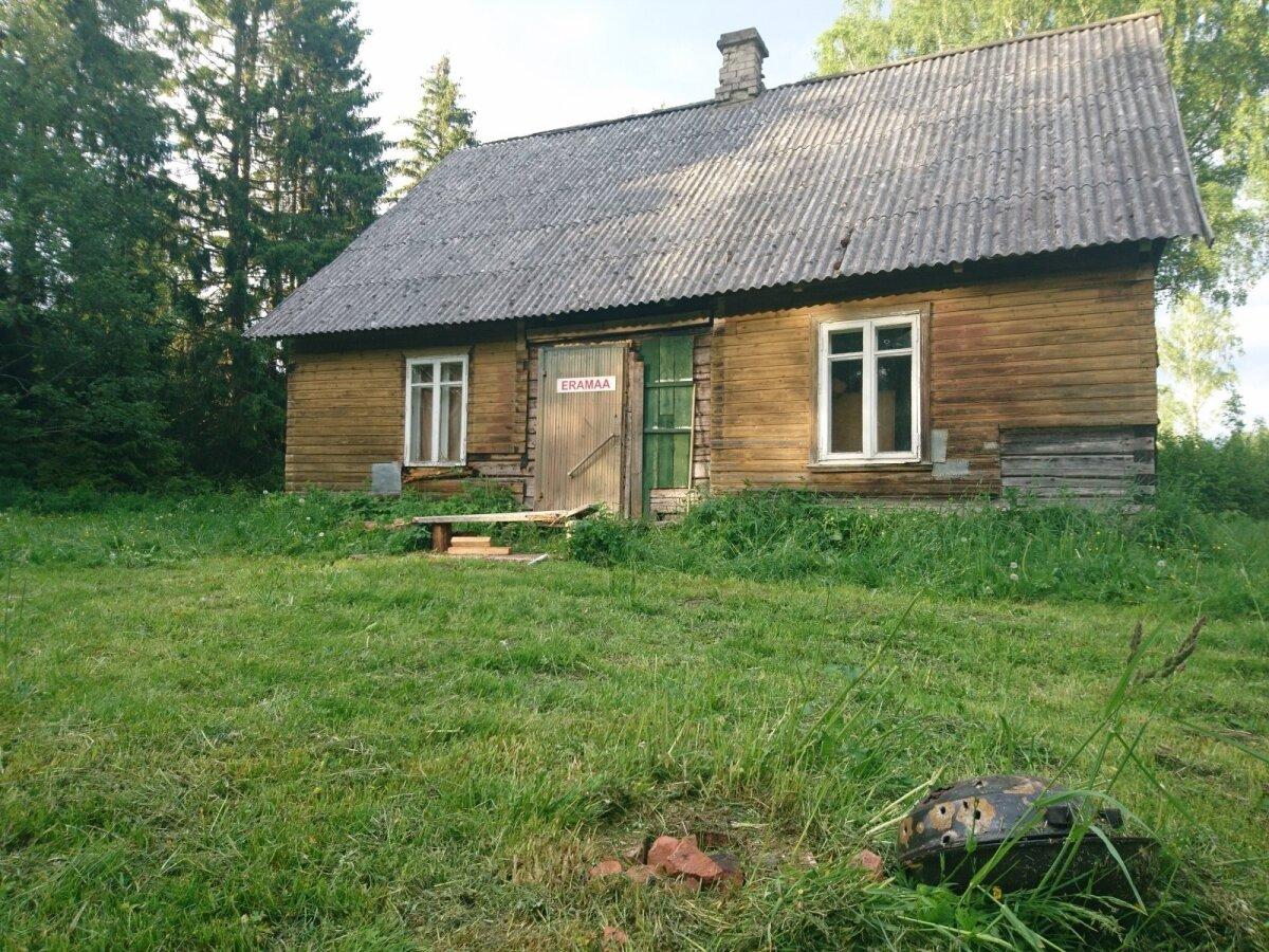 AUKLIK GRILLIPANN: Mikk Tarraste maamaja taga on grillipann püssiga auklikuks lastud.