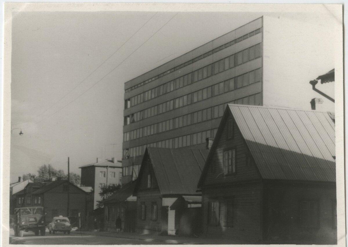 Vaade Eesti Kolhoosiehituse kaheksakorruselise haldushoonele, mis valmis 1970. aastaks, 1990. aastatel ehitati see ümber Hansapanga hooneks. Täna Swedbank. Fotol olevad vanad puumajad lammutati tänava laiendustööde käigus 1970. aastate keskpaigaks.