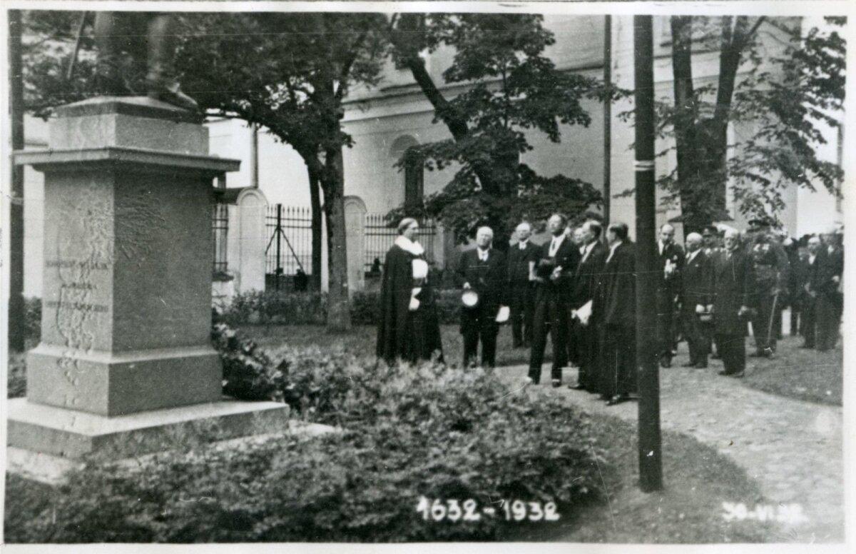 Külalised imetlemas Gustav II Adolfi monumenti Tartu Ülikooli peahoone taga