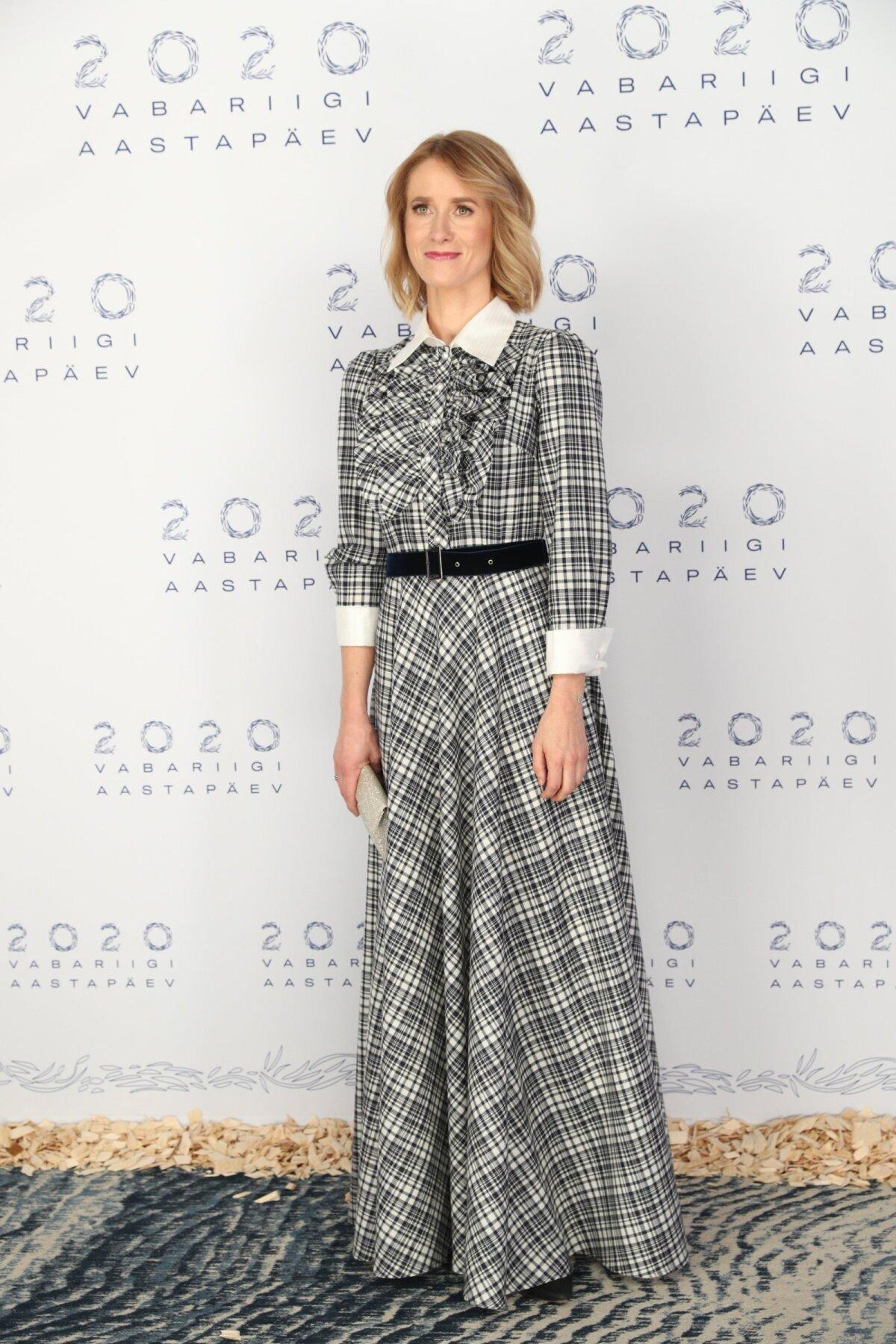 Кая Каллас в платье от дизайнера Оксаны Тандит на преме EV102. Платье затем было трансформировано в более повседневный вариант: его укоротили и заменили манжеты