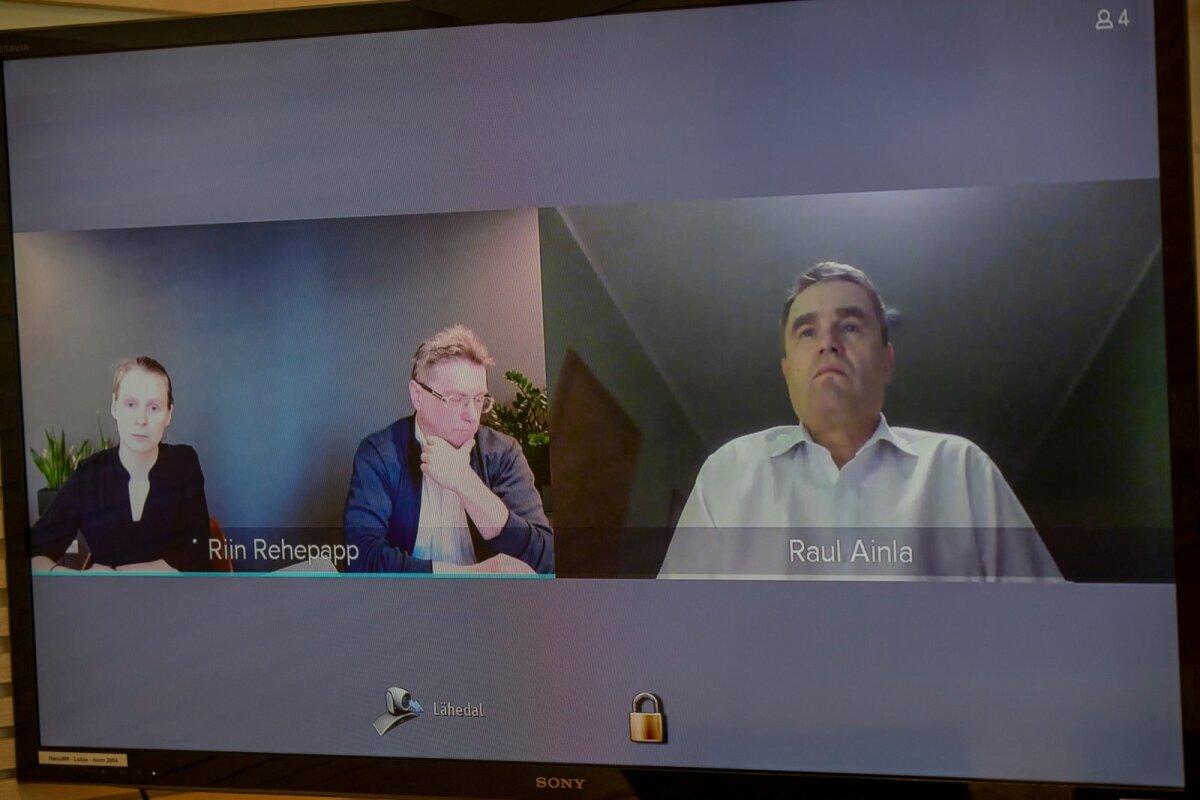 VASTASSEIS: Advokaat Raul Ainla (paremal) süüdistab kohtu videokõnes Indrek Särge (keskel) parteid teotanud tegevuses.