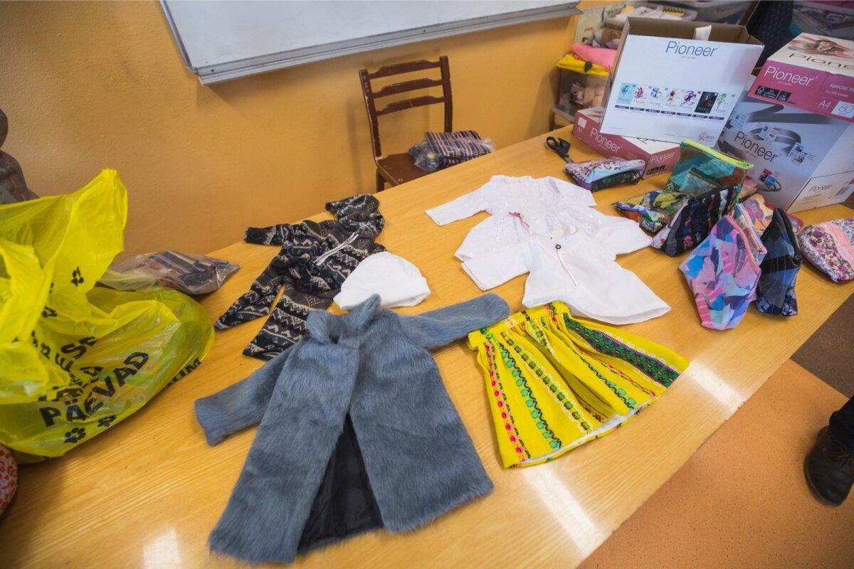 Tartu Descartes'i kooli õpilaste valmistatud riided Waldorflasteaia lastele