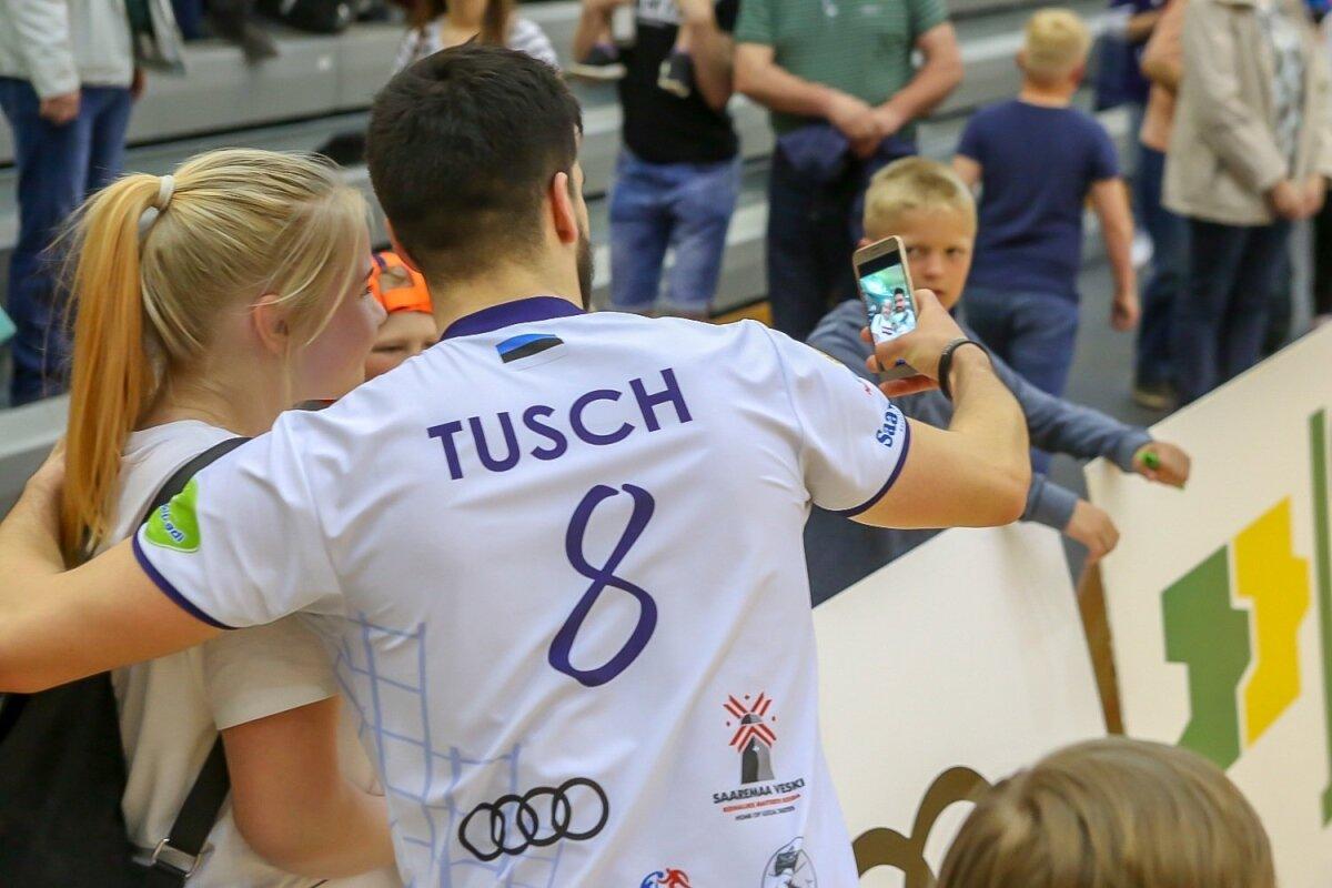 Alexander Tusch oli lahkelt nõus fännidega koos pildistama.