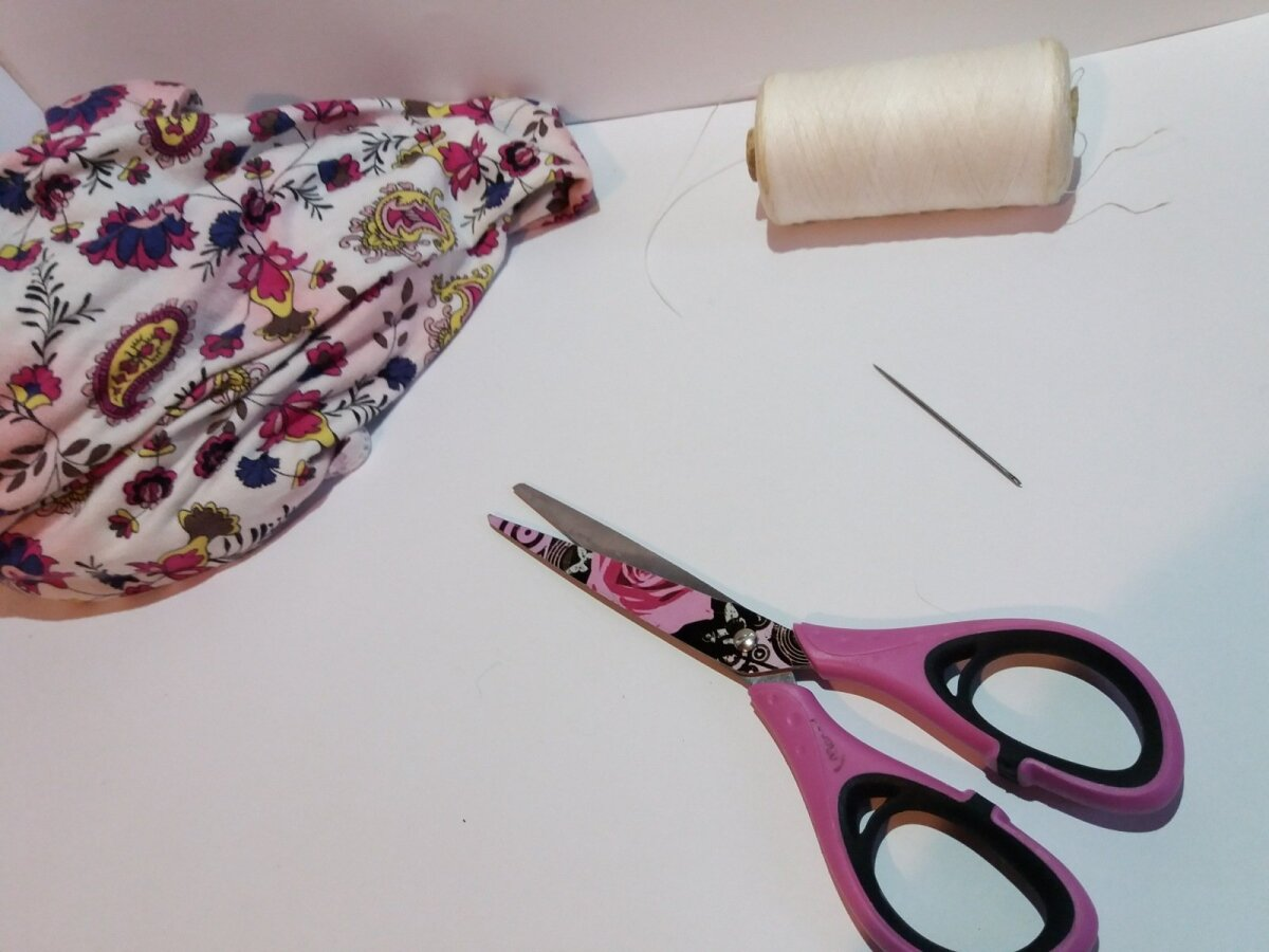 Vaja läheb riiet, vatiini või lambavilla, nõela, niiti ja kääre. Lõika riidest 5×10 cm tükk ja voldi see pooleks. Seejärel õmble kaks äärt kinni (pahupidi).