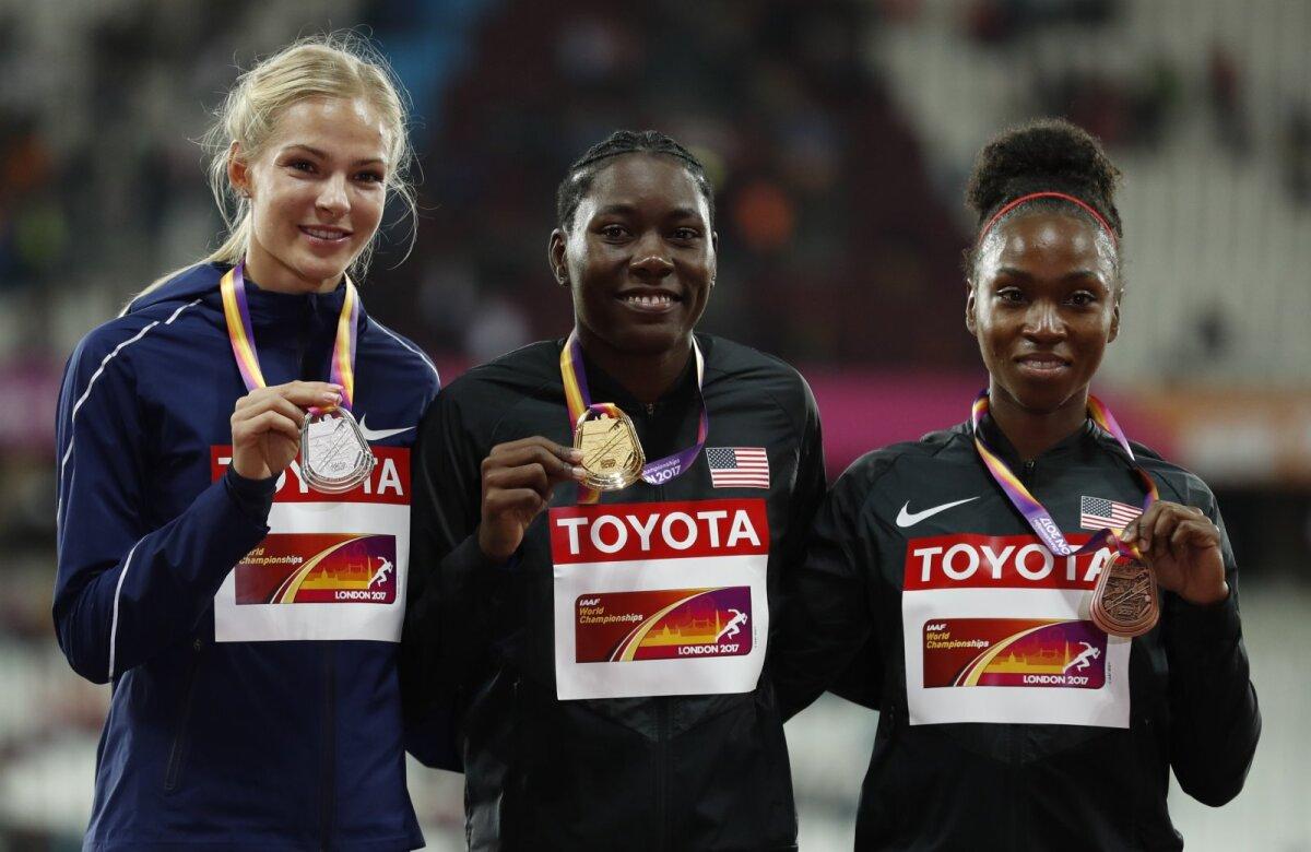 Darja Klišina 2017. aasta MM-i poodiumil koos maailmameistri Brittney Reese'i ja pronksivõitja Tianna Bartolettaga.