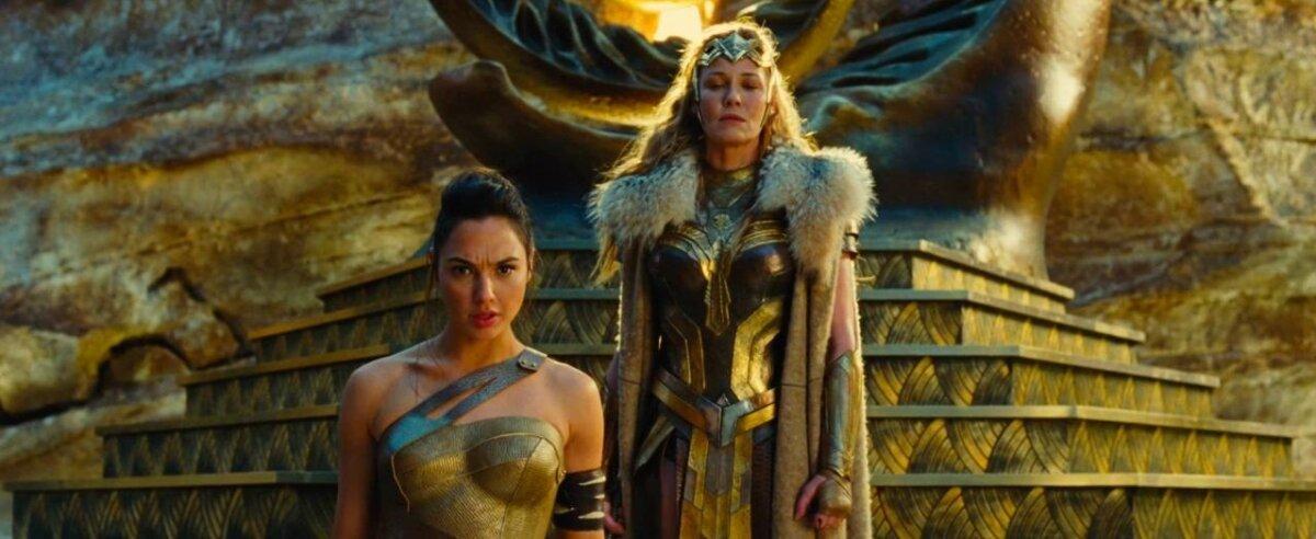 Diana (Gal Gadot) ja kuninganna Hippolyta (Connie Nielsen)