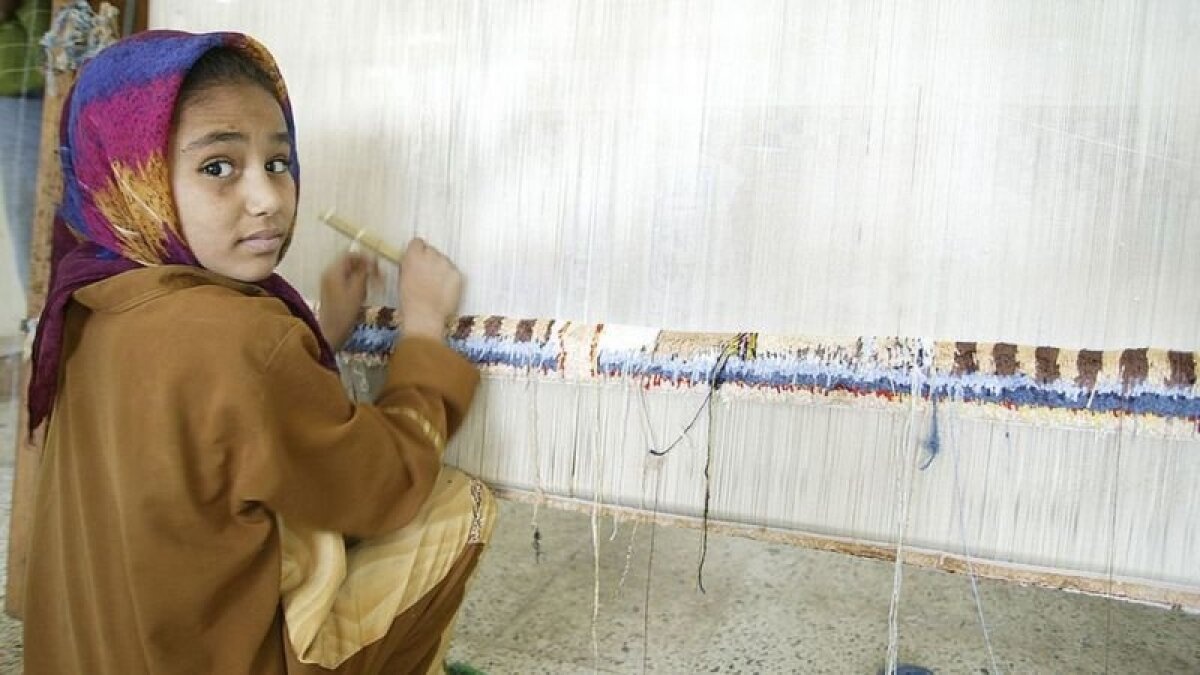 В Египте девочки часто ткут ковры на продажу